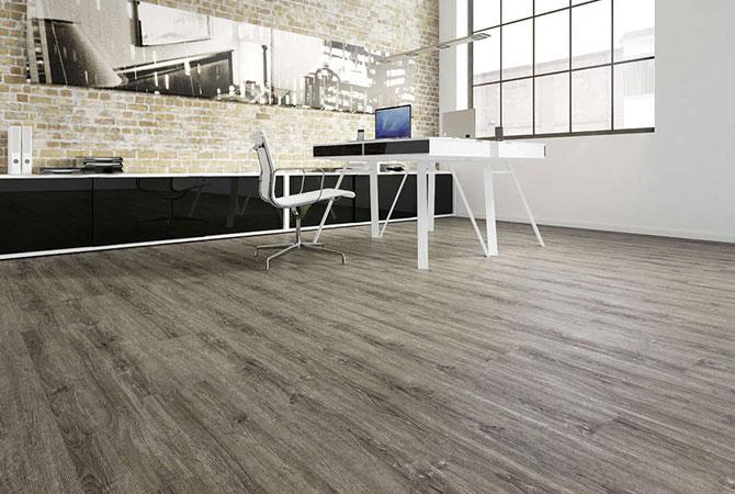 Grauer Holzboden in Büro