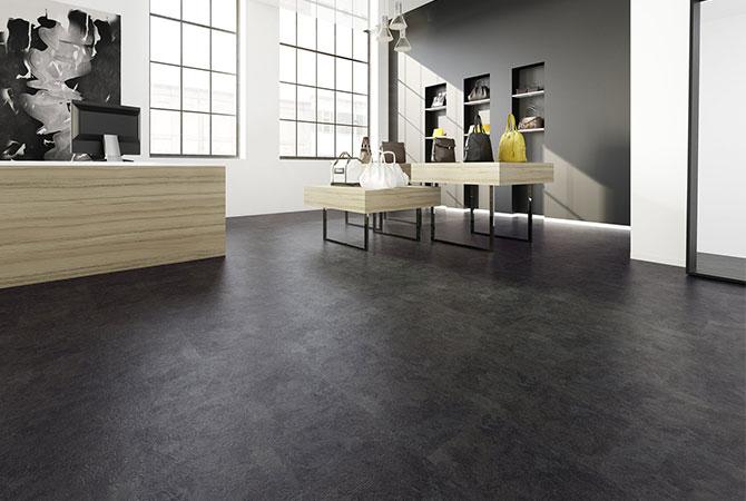 Dunkler Fußboden in Ladengeschäft